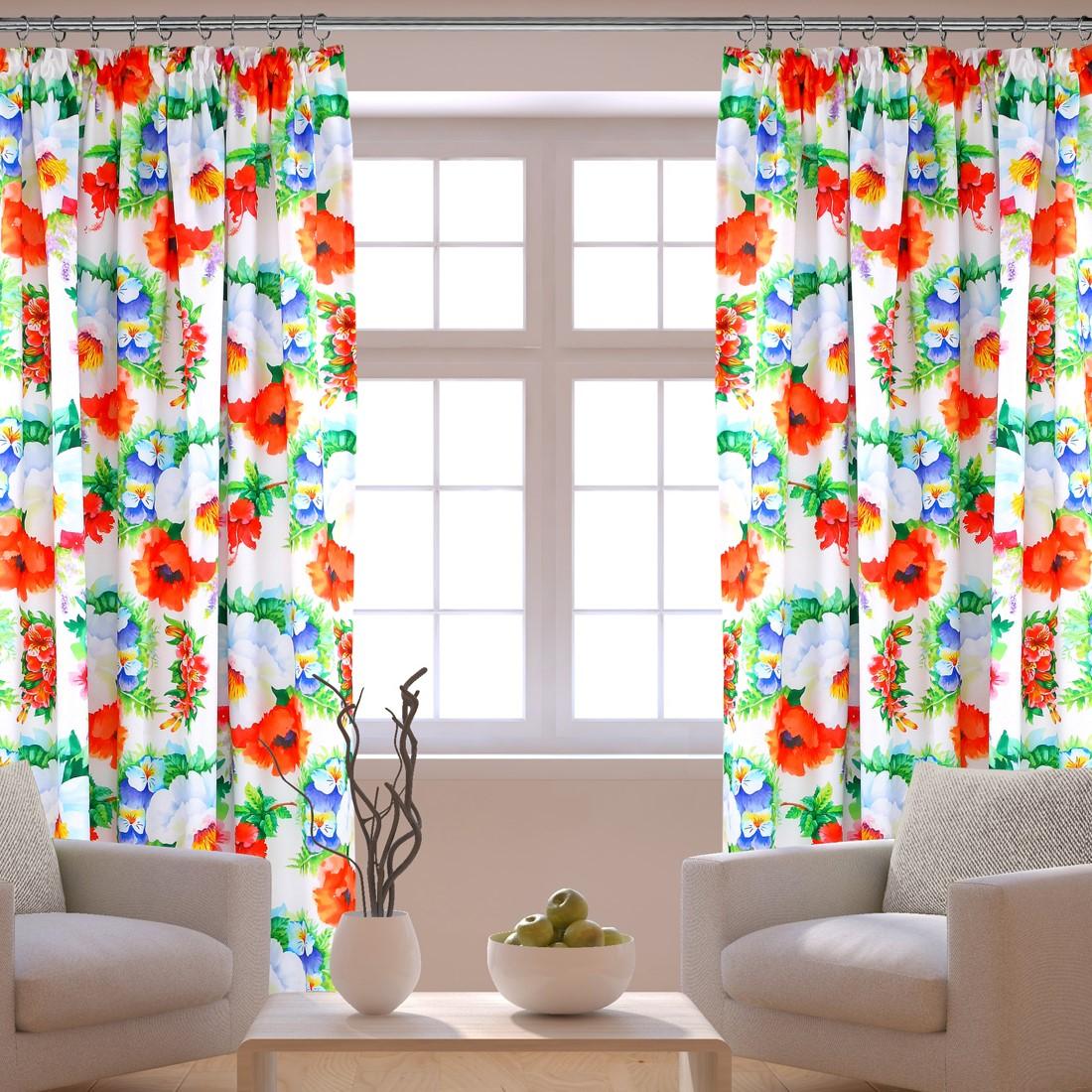Okno z kolorowymi zasłonami